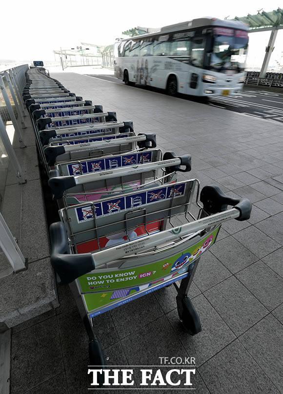 찬바람만 쌩~ 카트는 갈 길을 잃었고, 공항 이용객은 현저히 줄었다.