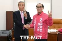 [TF사진관] 태영호 손 잡은 김종인,