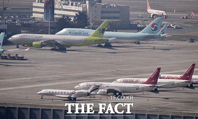 날고 싶다 개화산에서 바라본 김포국제공항. 인천국제공항과 마찬가지로 많은 항공기가 주기장에 멈춰있다.
