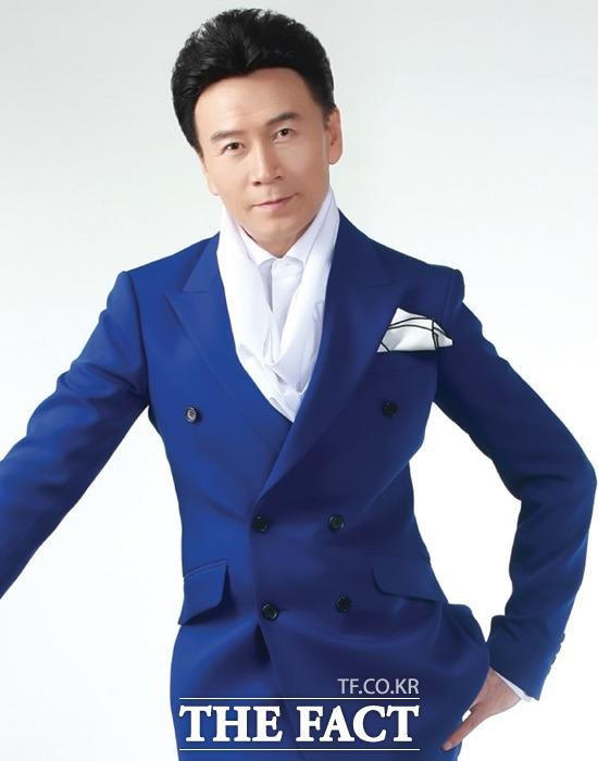 강진이 ㈜하랑미디어그룹(HaRang Media Group)과 최근 전속계약을 맺었다. 그는 우직하고 묵묵히 일하는 김구영 대표에게 힘을 실어주고 싶다고 말했다. /하랑미디어 제공, 더팩트 DB
