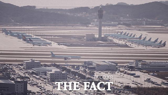 주기장에 나란히 백운산에서 바라본 인천국제공항. 하늘을 날아야 할 많은 항공기가 멈춰있다.