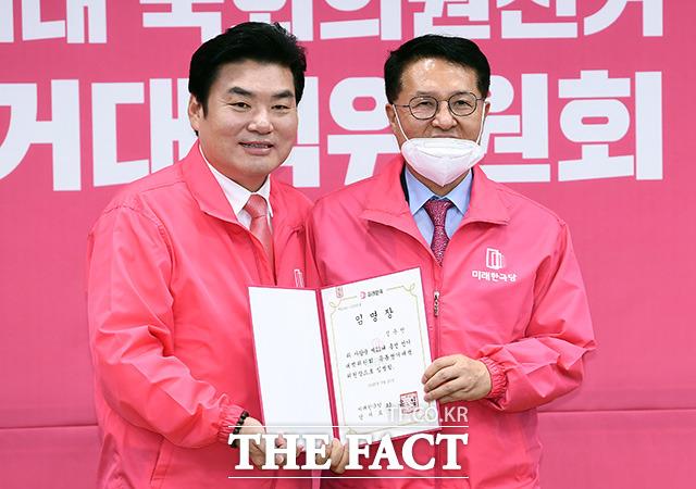 임명장을 들고 기념촬영하는 원유철 미래한국당 대표(왼쪽)와 정운천 공동선거대책위원장