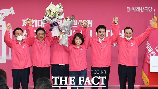 총선 승리 다짐하는 원유철 대표(왼쪽에서 다섯번 째)와 박맹우 의원(왼쪽에서 두번 째), 김기선 수석 공동선거대책위원장(왼쪽에서 여섯번 째)