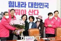 [TF사진관] 신세돈-박형준, 핑크 장미 선물 받고 '싱글벙글'