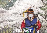[TF포토] '수문장도 반기는 봄'