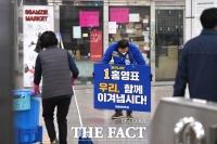[TF포토] 홍영표, '출근길 근로자에게 인사'
