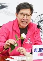 [TF포토] 장미꽃 보며 미소 짓는 박형준 선대위원장