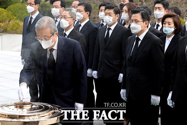 분향하는 김 위원장과 지켜보는 미래통합당 의원들