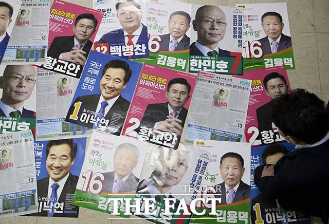 4·15 제21대 국회의원선거의 공식 선거운동 시작을 하루 앞둔 1일 오후 서울 종로구선거관리위원회에서 관계자가 후보자들의 선거 벽보를 살펴보고 있다. /이동률 기자