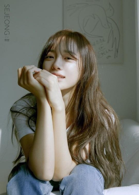 세정이 3월 17일 첫 미니앨범 화분을 발표했다. 첫 솔로곡 꽃길로 음원차트 1위를 차지한지 3년 4개월 만의 앨범이다. /젤리피쉬엔터 제공