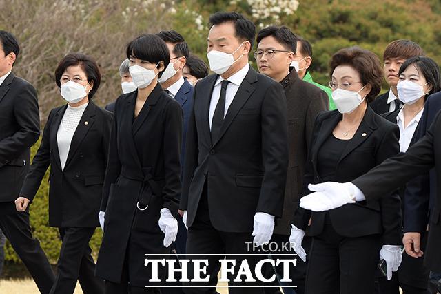 현충탑 앞으로 이동하는 손학규 위원장(왼족에서 세번째) 및 민생당 의원들