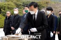 [TF포토] 현충원 참배하는 손학규