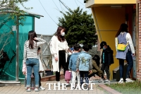 [TF포토] '긴급보육으로 어린이집 등원한 아이들'