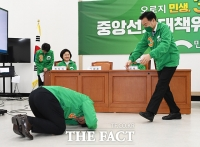 [TF포토] 큰절 받는 손학규 상임선대위원장