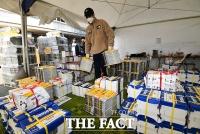 [TF포토] 선거공보물 옮기는 선관위 관계자