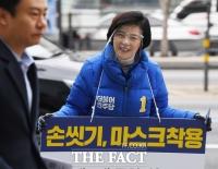 [TF포토] 투명위생마스크 쓰고 인사하는 이정근 후보