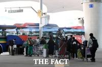[TF포토] 임시 생활시설로 향하는 이탈리아 교민들