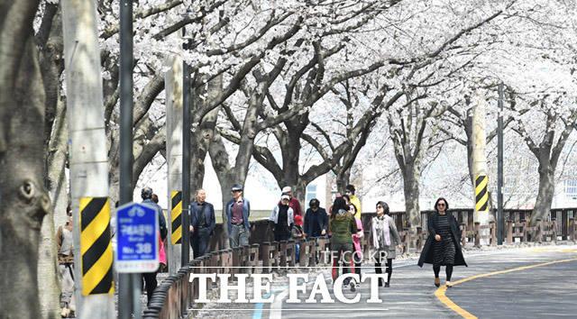 정부의 사회적 거리두기 시행령은 이미 무용지물.