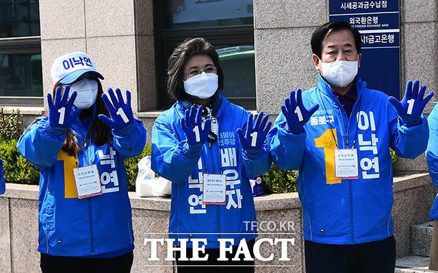 제21대 총선 공식 선거운동 첫날인 2일 오전 이낙연 후보의 부인 김숙희 씨(가운데)가 서울 종로구 효자동주민센터 인근에서 시민들에게 지지를 호소하고 있다. /이동률 기자