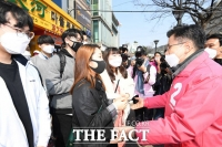 [TF포토] 청년 지지자들 만난 황교안 후보