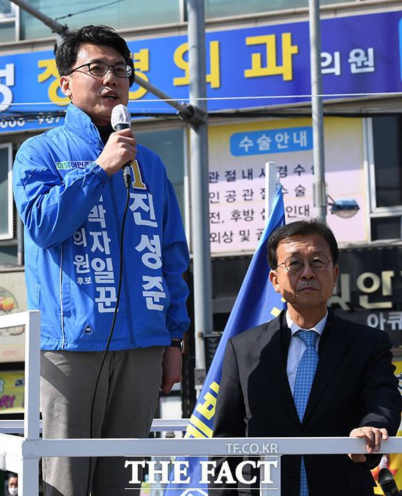 시민들에게 지지를 호소하는 진성준 더불어민주당 강서을 국회의원 후보(왼쪽)