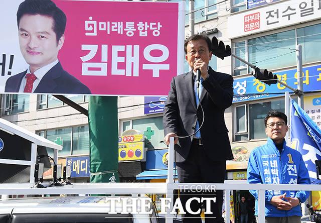 원 의원 연설중 시선 강탈하는 미래통합당 강서을 후보의 현수막과...