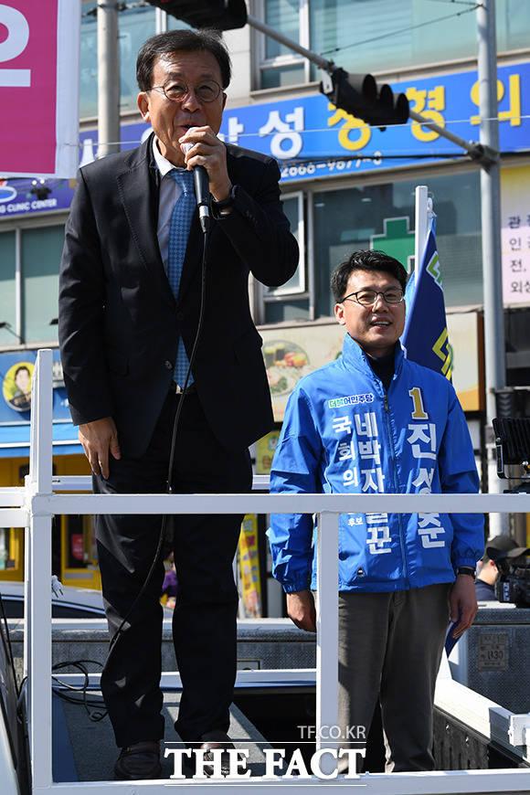 진성준 후보 지원유세 나선 원혜영 더불어민주당 의원(왼쪽)