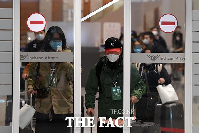 이탈리아의 교민들이 지난 1일 오후 전세기를 타고 인천국제공항 제2터미널을 통해 귀국하고 있는 모습. /남용희 기자