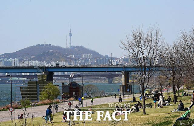 절기상 청명(淸明)인 4일 오후 서울 광진구 뚝섬한강공원을 찾은 시민들이 맑은 하늘을 만끽하고 있다. /이동률 기자