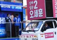 [TF포토] 오세훈 후보 선거차량에 인사하는 고민정 후보