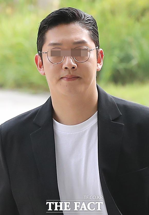 성폭력범죄 처벌 등에 관한 특례법 위반, 상해, 협박 및 강요 혐의를 받고 있는 구하라 전 남자친구 최종범은 지난해 8월 1심에서 징역 1년 6개월에 집행유예 3년을 선고받았다. 검찰과 최종범은 항소심을 냈다. 사진은 지난해 7월 서울 서초구 서울중앙지방법원에 출석하고 있는 최종범. /현장풀