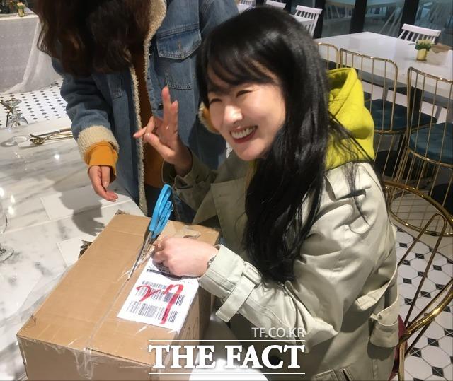 노란 박스안에 뽁뽁이로 싸여진 트로피를 받은 배우 김기연.