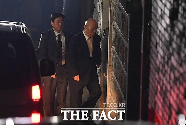 법원이 6일 전두환 전 대통령의 불출석 허가를 취소했다. 지난해 3월 11일 오후 광주지방법원에 열린 재판을 마친 후 연희동 자택에 도착해 집으로 들어서고 있는 전 전 대통령의 모습. /더팩트 DB