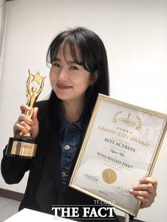 이탈리아 유명 독립영화제 ONIROS 필름어워즈에서 여우주연상을 받은 배우 김기연이 트로피와 상패를 해외 택배로 받아 화제다.