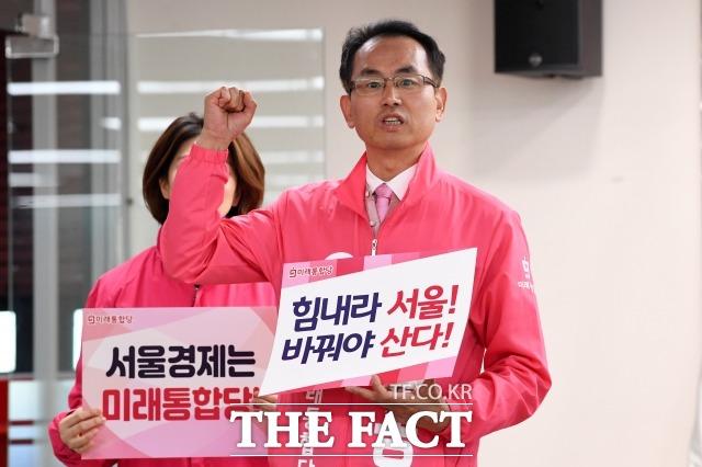 김대호 통합당 관악갑 후보가 6일 오전 서울 영등포구 중앙당사에서 열린 서울권역 선거대책회의에 참석해 필승을 다짐하며 인사하고 있다. 김 후보는 이 회의에서 3040 무지 발언을 해 논란이 됐다. /남윤호 기자