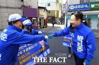 [TF포토] 선거운동원들과 인사하는 박성준 후보