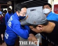[TF포토] 박성준, '팔꿈치 인사의 정석'
