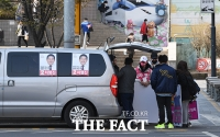 [TF포토] 유세 준비하는 차명진 후보 선거운동원들