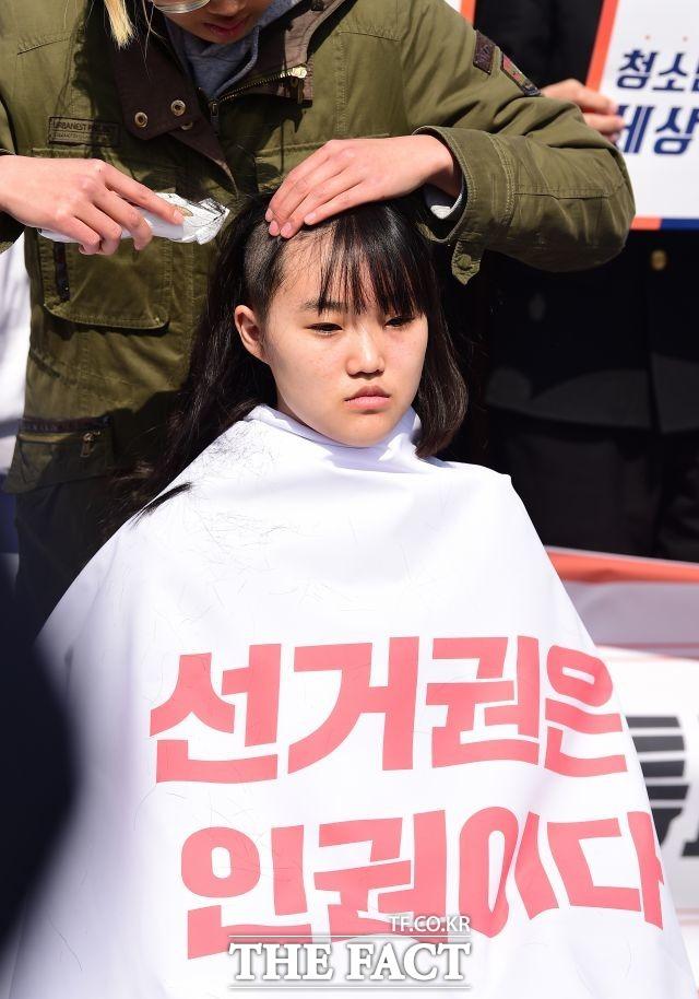 사진은 지난 2018년 3월, 촛불청소년인권제정연대 소속 학생이 만 18세 이하 선거 연령 하향 4월 국회 통과를 촉구하며 삭발을 하는 모습. /더팩트 DB
