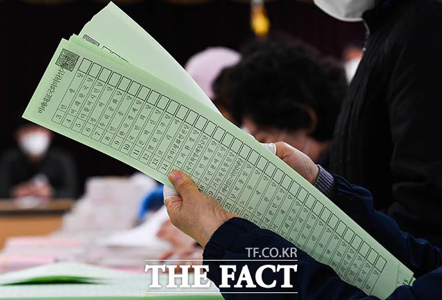만 18세로 첫 투표에 나선 청소년 유권자들은 지역구 의원 투표는 어렵지 않았지만, 비례정당 투표는 용지가 너무 길어 어려움을 겪었다고 밝혔다. 지난 7일 영등포구선거관리위원회에서 관계자들이 제21대 국회의원 선거 투표용지를 검수하는 모습. /김세정 기자