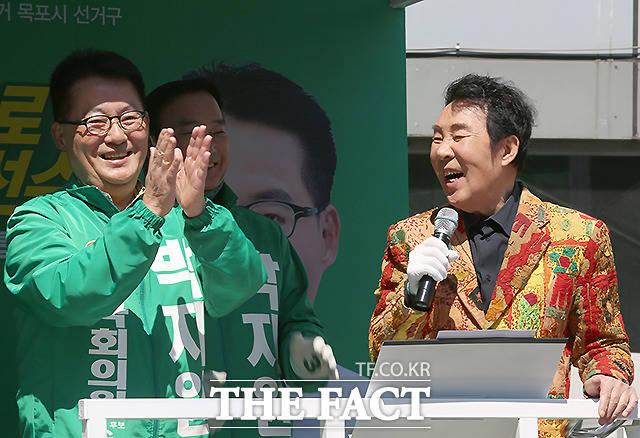 트롯으로 한마음 가수 송대관 씨가 박지원 (전남 목포) 후보의 지원 유세를 나와 발언하고 있다. /박지원 페이스북 캡처