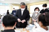 [TF포토] 선거인명부 확인하는 조원진 후보