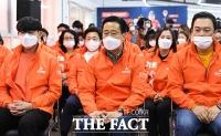 [TF사진관] '안철수 불참' 조용한 분위기 속 출구조사 지켜보는 국민의당