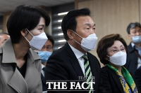 [TF포토] 출구조사 발표 기다리며 머리 모은 김정화-손학규-장정숙