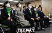 [TF포토] 개표방송 시청하는 민생당 지도부