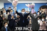 [TF사진관] '종로 빅매치' 당선 확실, 꽃다발 든 이낙연