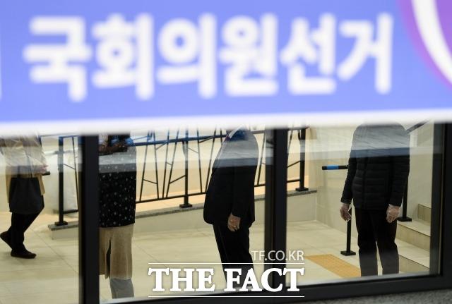 제21대 국회의원 선거날인 15일 오전 서울 종로구 교남동 제3투표소에 유권자들이 두표를 위해 줄을 서는 모습. /남윤호 기자