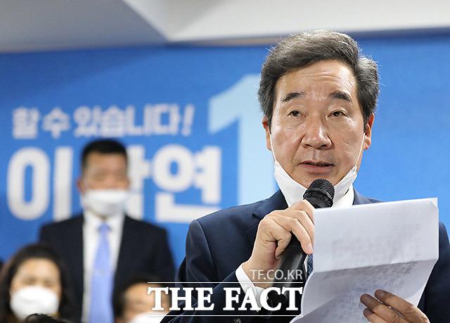 이낙연 더불어민주당 상임선대위원장이 보수진영의 차기 대권 선두주자 황교안 미래통합당 전 대표에게 개인전(종로), 팀전(전국 선거) 모두 압승을 거두면서 차기 대선주자로서의 존재감을 높였다. 15일 오후 이 위원장이 서울 종로구 선거사무소에서 당선 소감을 발표하고 있다. /종로=이효균 기자