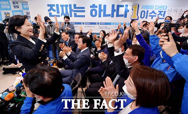 이수진 더불어민주당 서울 동작구을 후보(왼쪽)가 16일 새벽 21대 국회의원선거 당선이 확실해지자 동작구 선거사무소를 찾아 지지자들과 환호하고 있다. /이덕인 기자