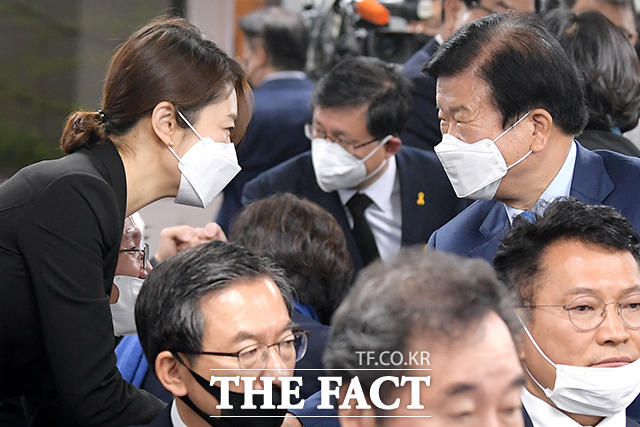 고민정 의원(왼쪽)과 박병석 의원